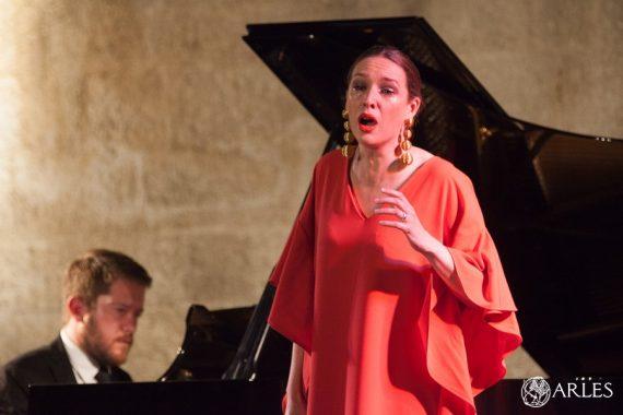 Chloé Chaume, jeune soprano, a bouleversé le public lors du Concert Jeunes talents, proposé le 13 juin, dans le cadre d'Opéra en Arles. Un rendez-vous orchestré par Festiv'Arles. photo O. Quérette/ektadoc/ville d'Arles.