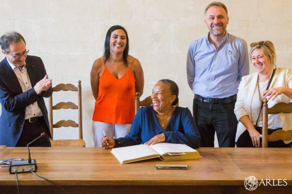Christiane Taubira, ministre de la Justice de 2012 à 2016, était l'une des invitées du sommet des Napoleons, qui se tient à Arles jusqu'au 19 juillet. Reçue par le maire d'Arles à l'Hôtel de Ville, elle a indiqué dans le livre d'or de la Ville être