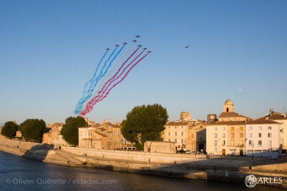 Il fallait avoir les yeux rivés vers le ciel pour ne pas les rater. A 20h35 exactement, huit avions de la Patrouille de France (plus un de réserve) ont survolé Arles ce dimanche 14 juillet 2019, et coloré le ciel de bleu, blanc et rouge. Arrivant de leur base salonnaise à plus de 550km/h, les Alpha Jet ont ensuite survolé Nîmes, Montpellier et Béziers, avant de retourner à Salon-de-Provence. Nul doute que l'image de leur passage au-dessus de la vieille ville fera date. Photo Olivier Quérette / Ektadoc / Ville d'Arles