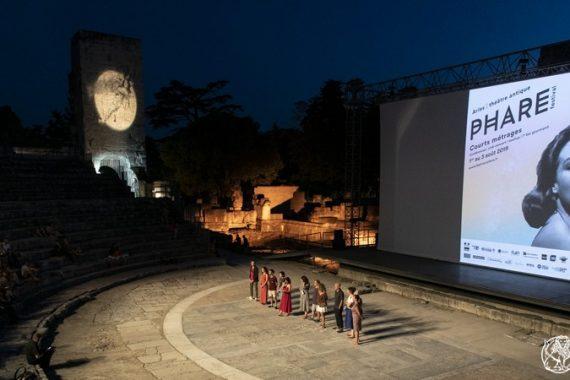 La quatrième édition du festival arlésien de courts métrage Phare s'est ouverte ce jeudi 1er août au théâtre antique avec une soirée dédiée à l'humour noir. Le festival se poursuit jusqu'au samedi 3 août inclus avec notamment la projection de courts métrages signés par les élèves de l'école Mopa et un hommage à Agnès Varda. Photos Philippe Praliaud / Ville d'Arles