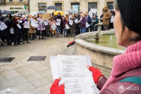 Une centaine de personnes s'est réunie dimanche 24 novembre place de la République à Arles à l'occasion de la Journée internationale contre les violences faites aux femmes. Les noms des 134 femmes mortes depuis le début de l'année sous les coups de leur conjoint ont été lus lors de ce rassemblement initié par