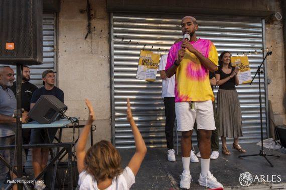 Le premier spectacle des Scènes arlésiennes a conquis le public sur la place Voltaire, jeudi 6 août. À l'affiche de ce mini festival de stand-up, organisé du 6 au 9 août en partenariat avec la ville d'Arles, quatre jeunes humoristes : Paul Mirabel, Marina Cars, Nordine Ganso et Henry Fexa. On peut également les applaudir vendredi 7 août à Salin, samedi 8 sur la place Paul Doumer et dimanche 9 août sur la place du Forum, à 20h.