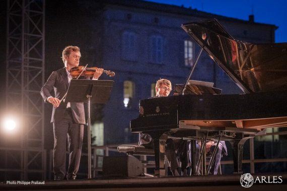 Dans la nuit arlésienne, le vicomte de Panette fait vibrer le théâtre antique. Ce violon, fabriqué en 1737 par le luthier Guarnerius del Gesu, a appartenu à Isaac Stern, avant de devenir l'instrument de Renaud Capuçon. Le violoniste de renommée internationale a donné un unique concert à Arles, le lundi 10 août 2020. Ce récital était le dernier acte magistral de la série de concerts gratuits organisé par la Ville au théâtre antique. photo P. Praliaud/ville d'Arles.