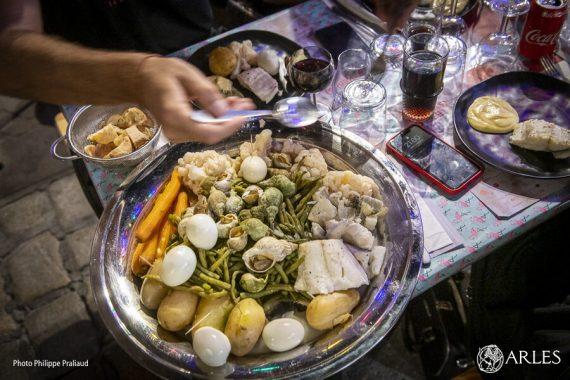 Manger ! C'est le thème choisi pour cette troisième édition de l'Eté indien(s). Depuis jeudi 17 septembre et cet aïoli géant servi rue des Suisses, et jusqu'au dimanche 27, des expositions, des performances, des rendez-vous gastronomiques sont organisés à travers la ville ! Dégustez le programme sur eteindiens.com. photo P. Praliaud/ville d'Arles.