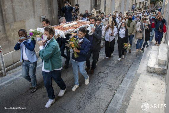 Suivez les lasagnes ! c'était le mot d'ordre de l'événement orchestré le 25 septembre pour l'Eté indien(s). Ces lasagnes appétissantes ont été servies aux amateurs à la chapelle de la Madeleine et illustraient, avec générosité, le thème de cette 3ème édition, Manger ! photo P. Praliaud/ville d'Arles.