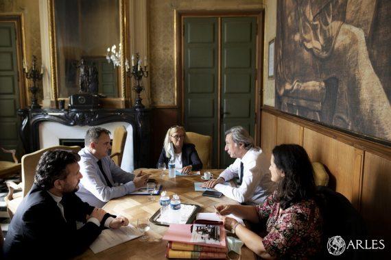Le maire d'Arles a reçu jeudi 24 septembre 2020 le Président d'Aix-Marseille Université, Éric Berton. Les deux hommes ont évoqué l'installation de nouvelles formations universitaires sur la commune. Un projet conforme à l'ambition de Patrick De Carolis d'attirer 1 000 étudiants supplémentaires à Arles dans les six ans à venir. Photo Florent Gardin / Ville d'Arles