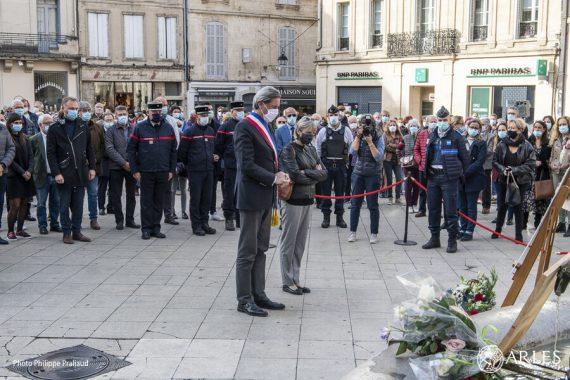 Le mercredi 21 octobre, le maire d'Arles, Patrick de Carolis, accompagné ici de Leïla David, inspectrice de l'Education nationale, a rendu hommage à Samuel Paty, ce professeur d'histoire-géographie assassiné à Conflans-Sainte-Honorine le 16 octobre. Autour de lui, s'étaient réunis sur la place de la République, les élus de la Ville, Monica Michel, députée de la 16ème circonscription des Bouches-du-Rhône et de nombreux Arlésiens, émus et mobilisés pour faire entendre leur attachement aux valeurs de la République. Un livre d'or est mis à leur disposition dans la salle des Pas perdus de l'Hôtel-de-Ville. photo P. Praliaud/ville d'Arles