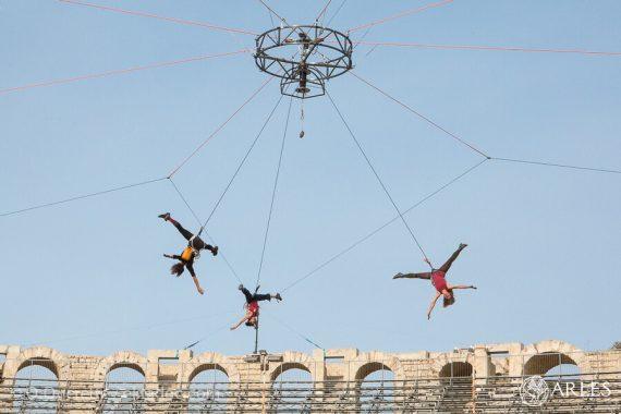 Des acrobates s'envolent dans le ciel des arènes