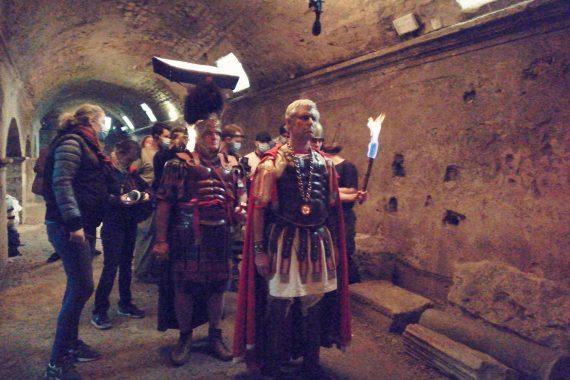 Jules César avance, l'air sévère, vers la prison où est enfermé Vercingétorix. La scène s'est déroulée jeudi 1er avril sous vos pieds, dans les cryptoportiques d'Arles, dans le cadre du tournage d'un court-métrage intitulé