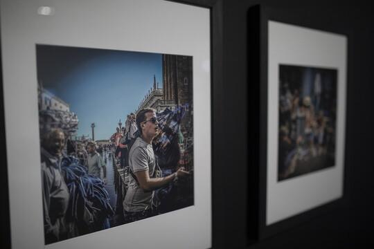 Deux photographes citoyens du monde, deux humanistes se partagent les cimaises du musée Réattu cet été. Il s'agit de l'Américaine Dorothea Lange et de l'Italien Graziano Arici. Une partie de l'oeuvre de la première, auteur de l'image iconique Mère migrante (1936), rejoint le fonds du département photo du musée grâce à la donation Sam Stourdzé, ancien directeur des Rencontres d'Arles. Celle du second également avec un impressionnant carnet de voyage. A travers 400 tirages noir et blanc et en couleur, l'artiste livre une archive visuelle de l'état de la planète, un spectacle baroque tangible dans la série  Le grand tour consacrée à son Italie natale.