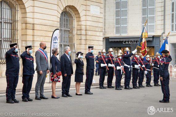 """""""Le capitaine fait partie de ces hommes que l'on aime compter dans nos rangs"""": le colonel Grégory Allione a ainsi salué le capitaine Nicolas Rabouin,, qui vient de prendre officiellement la tête du centre de secours principal d'Arles. La cérémonie de prise de commandement, qui s'est déroulée place de la République, en présence de la sous-préfète d'Arles, de la députée et de nombreux élus, a également été l'occasion de rendre hommage """"aux hommes et femmes qui protègent le territoire au péril de leur vie"""", comme l'a souligné Richard Mallie, président des SDIS des Bouches-du-Rhône. A la caserne d'Arles, les 160 pompiers que dirige le capitaine Raboin doivent intervenir sur tous les fronts : incendies, secours à la personne, mais aussi risques liés au Rhône, sécurité publique lors des ferias. photo O. Quérette/ektadoc/ville d'Arles"""