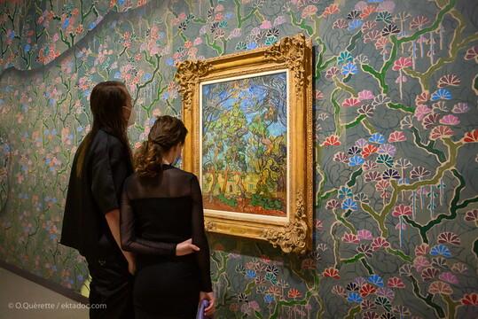 Que cache le bâtiment jaune, lui-même à demi caché par un rideau d'arbres? Parmi les sept Van Gogh exposés à la Fondation Vincent van Gogh - Arles, celui intitulé «Hôpital à Saint-Rémy» a quelque chose de fascinant. Sa présence se fond, tout en restant très forte, sur un papier peint réalisé par l'artiste américaine Laura Owens également mise à l'honneur dans l'exposition d'été de l'institution culturelle. La créatrice contemporaine dont l'oeuvre est influencée par le maître hollandais, manie elle-aussi la couleur de façon virtuose. Entrer à la fondation, en ce moment, c'est évoluer au cœur d'une fabuleuse palette chromatique.  Photo O. Quérette / ektadoc - Ville d'Arles