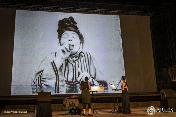 """Vraie pionnière du cinéma (elle a inventé quasiment toute la """"grammaire """" du cinéma actuel), Alice Guy n'avait pas oublié d'être drôle, comme l'ont montré les courts-métrages projetés le 29 juillet au théâtre antique, dans le cadre de la soirée de clôture du festival Phare, consacré aux courts-métrages. Et comme Maud Calmé la directrice artistique de l'événement n'a pas oublié d'être créative, elle a sollicité deux artistes, Cécile Rives et Eva Lindal, pour créer un ciné-concert inédit. Un concentré de talent, sous les étoiles, c'était un beau clap de fin pour ce festival qui gagne tous les ans en puissance. photo P. Praliaud/ville d'Arles"""